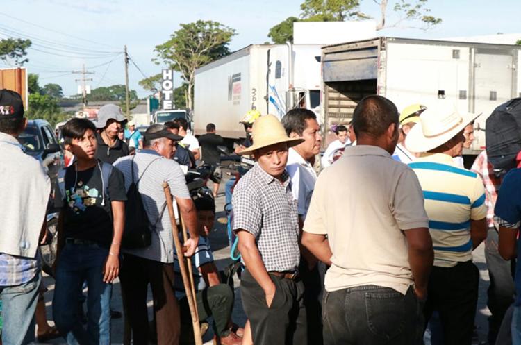 Los pobladores manifestaron por más de cuatro horas en el km 163 de la ruta al Surocciente. (Foto Prensa Libre: Cristian Soto)
