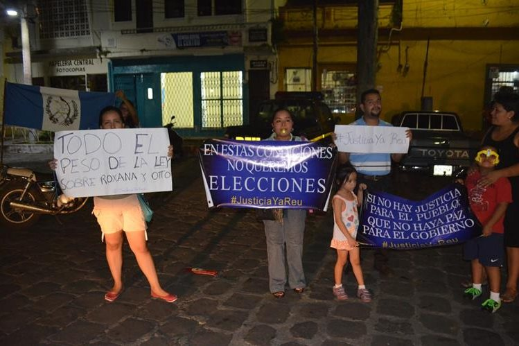 Miembros del grupo de personas que festejó en la cabecera de Retalhuleu. (Foto Prensa Libre: Jorge Tizol)