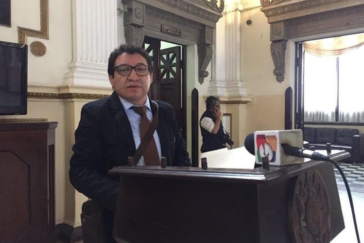 Diputado Álvaro Velásquez presenta iniciativa para regular los parqueos públicos (Foto Prensa Libre: Jessica Gramajo)