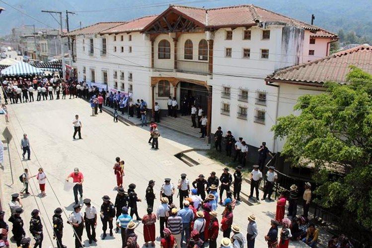 Fuerte contingente policial resguarda las instalaciones del juzgado penal de Nebaj, Quiché, donde declaran testigos por juicio por genocidio. (Foto Prensa Libre: Ó. Figueroa)