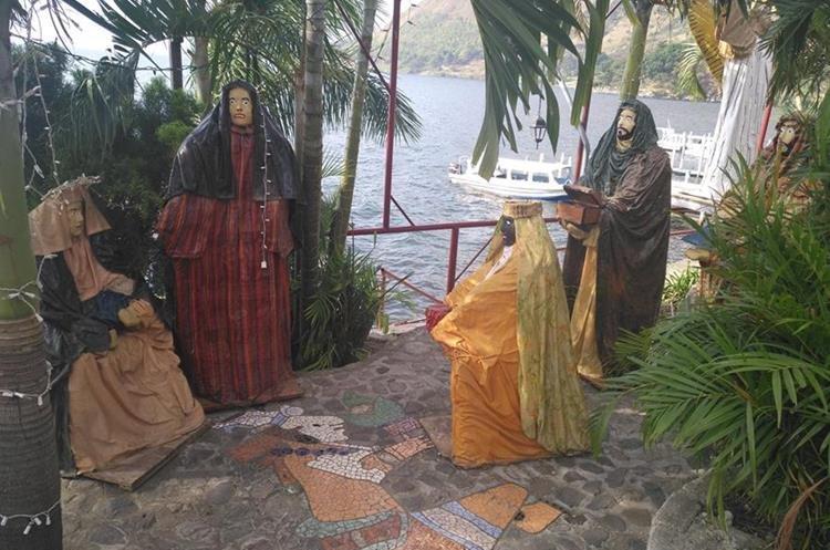 En San Antonio Palopó fue instalado un nacimiento a la orilla del Lago de Atitlán. (Foto Prensa Libre: Ángel Julajuj).
