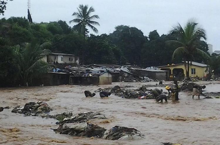 Autoridades temen seguir encontrando decenas de víctimas, ya que las inundaciones arrasaron con lo que hallaron a su paso. (Foto Prensa Libre: EFE)