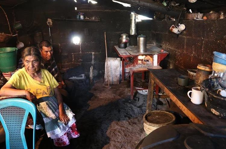Los ancianos recibieron una estufa de leña como parte del donativo. (Foto Prensa Libre: Mike Castillo)