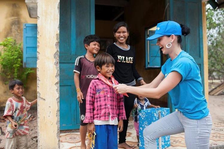 Katy Perry visita el Centro de Salud de Phuoc Thanh Commune en la provincia de Ninh Thuan, Vietnam. (Foto Prensa Libre: EFE)