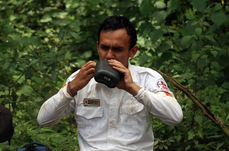 Un bombero voluntario se rehidrata. Foto Prensa Libre: Renato Melgar.