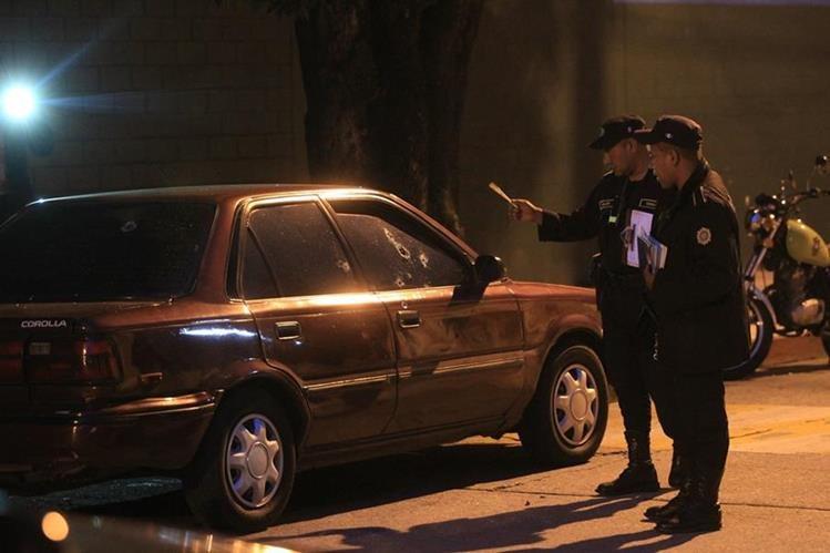 El cuerpo de Brenda Estrada quedó en el interior de su vehículo el domingo en la noche. (Foto Prensa Libre: Esbin García)