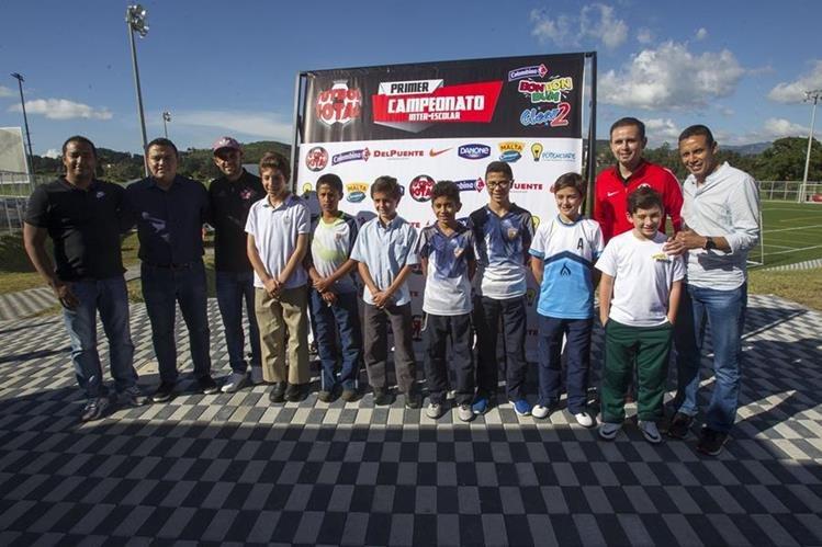 En las instalaciones del FCBEscola en Fraijanes, fue presentado el primer campeonato interescolar Futbol Total, que contó con la presencia de Jose Contreras y Claudio Albizuris. (Foto Prensa Libre: Norvin Mendoza)