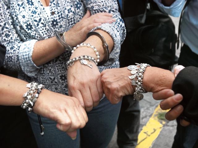 Tres sindicadas en el caso Cooptación muestran unas pulseras que elaboraron en la prisión. (Foto Prensa Libre: Álvaro Interiano)