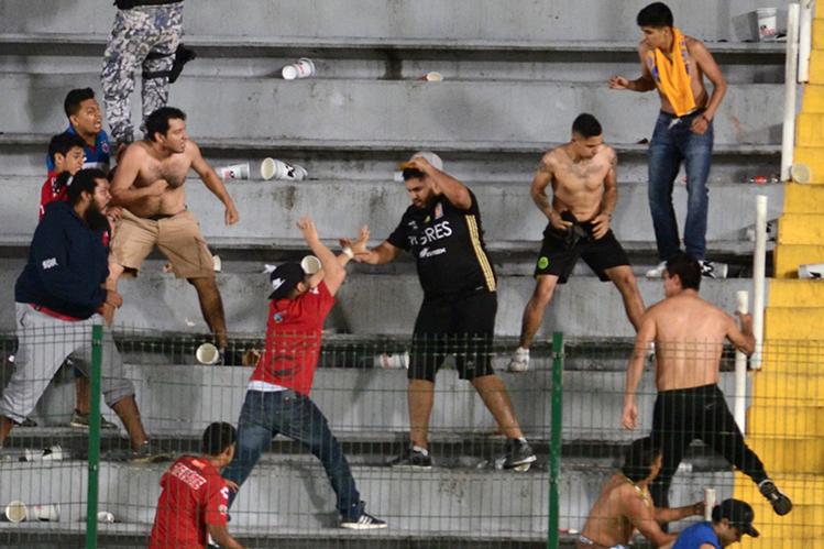 Los aficionados de Tigres y Veracruz se enfrentaron y ahora los equipos deberán pagar por la mala organización. (Foto Prensa Libre: Internet)