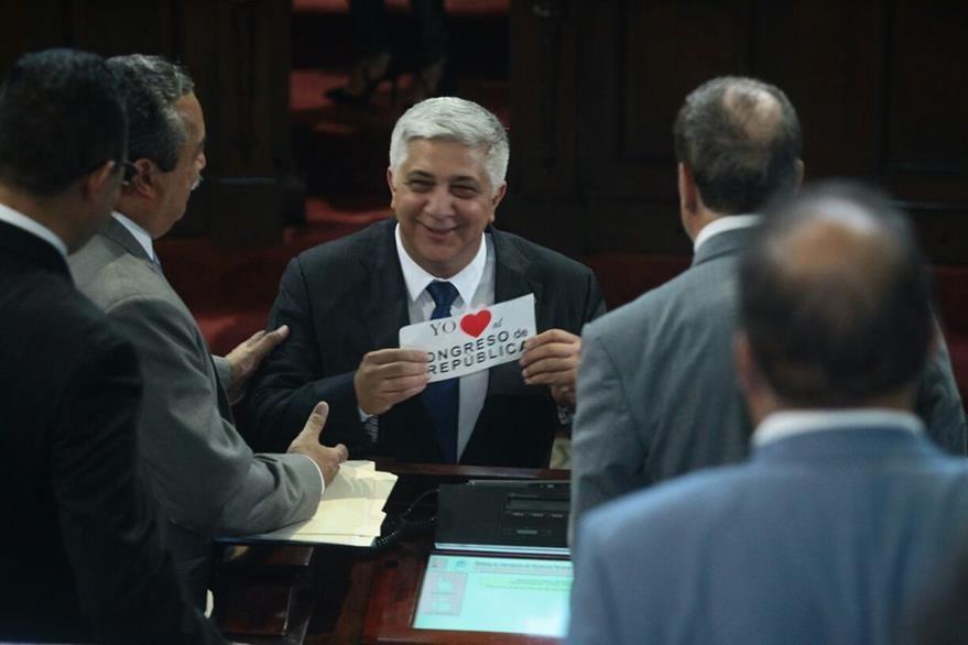 El nuevo diputado oficialista, Herber Melgar, intercambia saludos con sus compañeros de bancada. (Foto Prensa Libre: Álvaro Interiano)