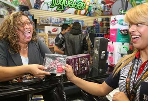 Seguidores del artista compran con emoción el reciente álbum (Foto Prensa Libre: BILLY QUIJADA).