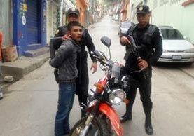 Agentes detienen a Urízar García, supuesto robamotos. (Foto Prensa Libre: Mike Castillo)