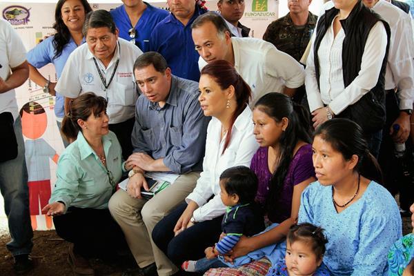 La vicepresidenta Roxana Baldetti junto al ministro de Salud, Luis Monterroso,  y otros miembros de su gabinete, durante su visita a Chiac, Rabinal. (Foto Prensa Libre: Carlos Grave)