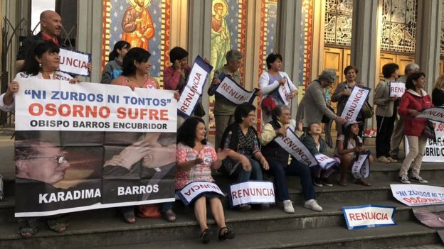 Una protesta en contra de Barros tiene lugar frente a la catedral de Osorno todos los viernes. (Foto: Francisco Jiménez de la Fuente)