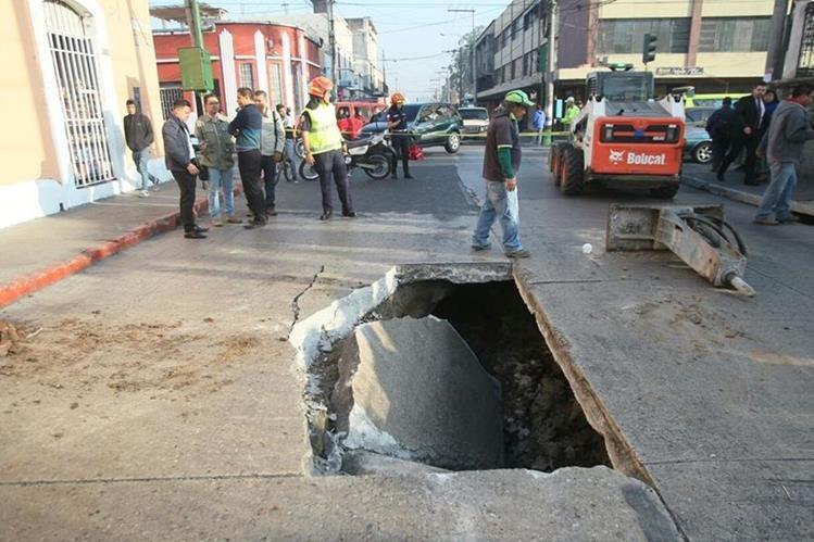 un agujero se formó en la 12 avenida y 10a. calle de la zona 1. (Foto Prensa Libre: Érick Ávila)