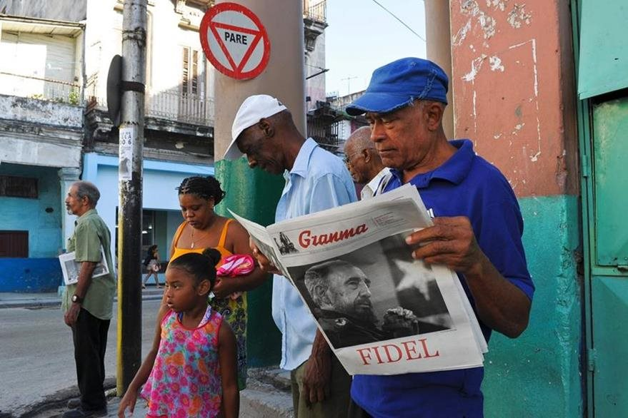 A man reads in Havana the August 13, 2016 issue of Granma newspaper with a front page that displays a picture of Cuban leader Fidel Castro. / AFP PHOTO / YAMIL LAGE
