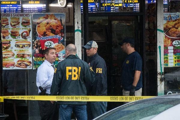 Agentes del FBI investiga un restaurante y un apartamento en relación a los atentados en Nueva York.(AFP).
