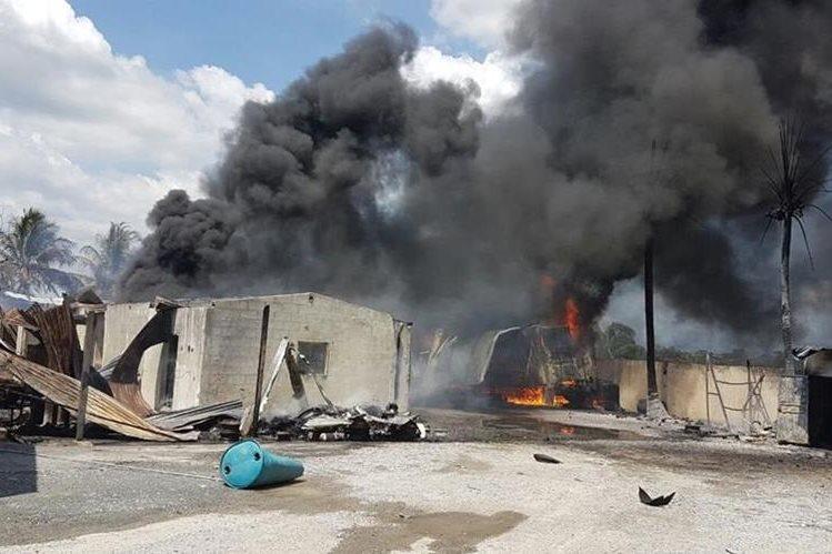 Negocio de comida y combustible se incendia en Morales, Izabal. (Foto Prensa Libre: Dony Stewart)