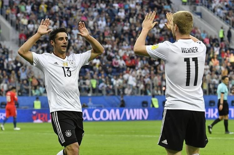 Lars Stindl, izquierda, celebra con Timo Werner después de  marcar el tanto de los teutones.