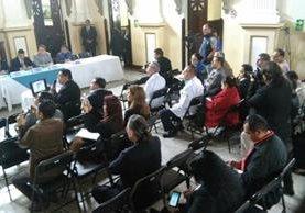 Unas 30 personas acudieron a la cita con el diputado, de 72 que habían sido citadas. (Foto Prensa Libre: Estuardo Paredes)