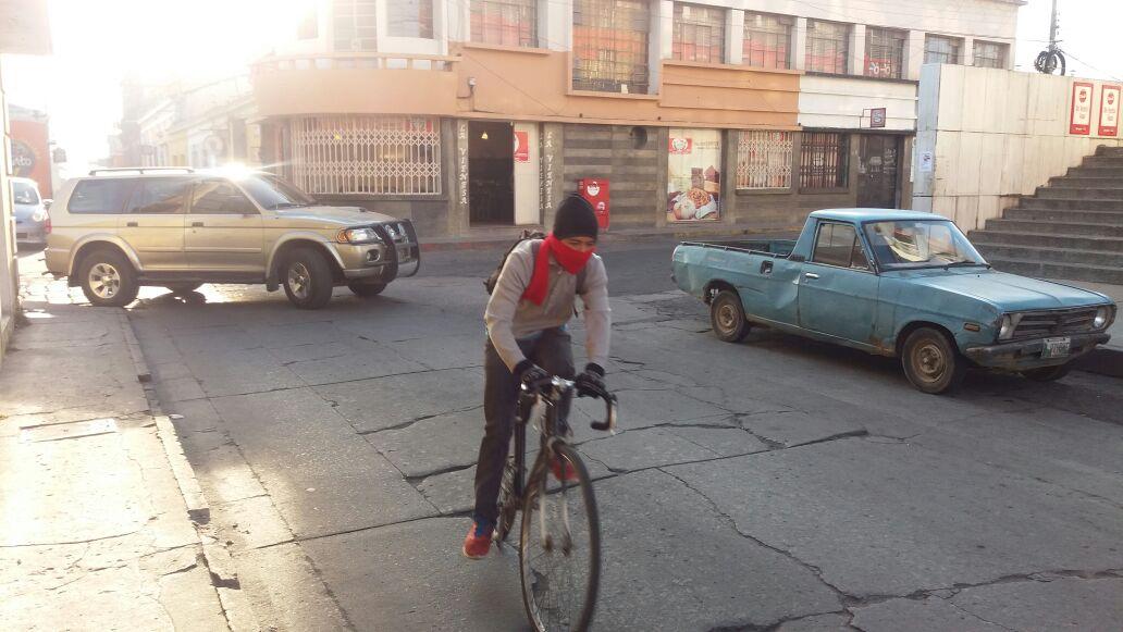 Ciclista utiliza bufanda y suéter para protegerse de las bajas temperaturas en Xela. (Foto Prensa Libre: María José Longo)