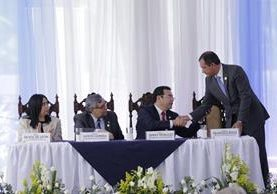 El presidente Jimmy Morales saluda al ministro de Gobernación, Francisco Rivas, durante la presentación de la Política Nacional de Seguridad. (Foto Prensa Libre: Paulo Raquec)
