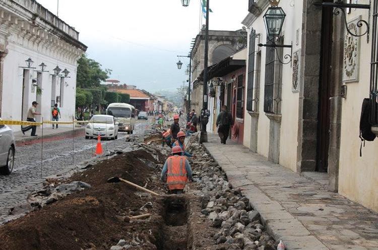 Los trabajos en la red de distribución de agua en la 4a. calle, entre 4ª. y 2ª. avenidas, dificulta el tránsito vehicular en la ciudad colonial. (Foto Prensa Libre: cortesía)