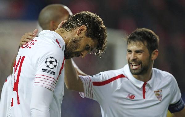 Los jugadores del Sevilla disfrutaron su pase a la Liga Europa, aunque sufrieron por quedar fuera de la Champions. (Foto Prensa Libre: EFE)
