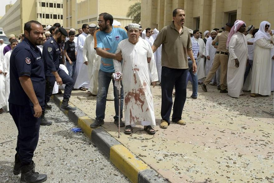 Un hombre herido es trasladado al hospital tras el atentado en la mezquita de Al Iman al Sadik en KuwaiT. (Foto Prensa Libre: EFE).