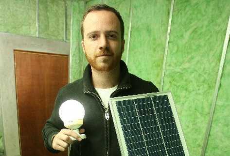 Juan Rodríguez muestra un kit básico de panel solar.
