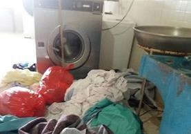 Las encargadas de la lavandería del hospital dejaron la ropa sucia acumulada en el piso para exigir a las autoridades la reparación de la lavadora. (Foto Prensa Libre: Héctor Cordero)