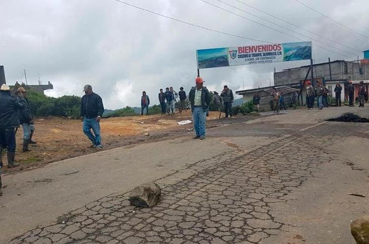 Pobladores bloquearon el paso hacia Sibinal y Tacaná. (Foto Prensa Libre: Whitmer Barrera)