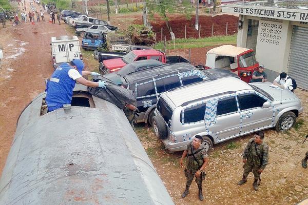 Fiscales del MP revisan el camión cisterna en donde transportaban 280 cajas de cigarrillos de contrabando, en Raxruhá, Alta Verapaz. (Foto Prensa Libre: MP)