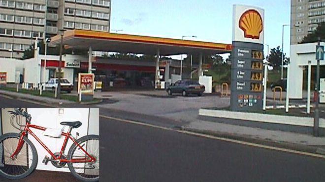 La bicicleta roja de Paddy fue encontrada detrás de la gasolinera donde los niños fueron vistos por última vez. PA