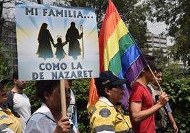 Manifestante a favor y en contra del matrimonio gay coincidieron en Ciudad de México. (Foto Prensa Libre: AFP).