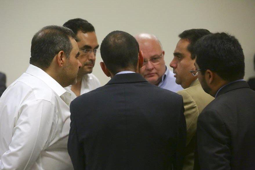 El expresidente de El Salvador Elías Antonio Saca (iaquierda) y el resto de acusados, durante un receso en el primer día de audiencia. (Foto Prensa Libre: EFE).