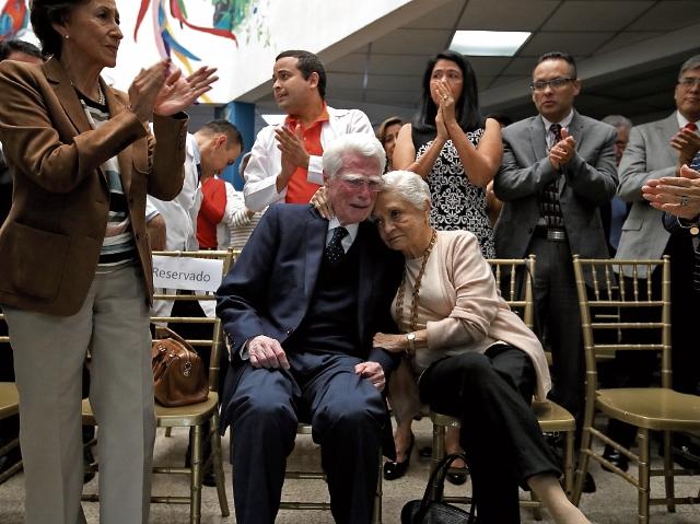 El doctor Aldo Castañeda, junto a su esposa, Araceli Rey Rosa, familiares, amigos y colegas, quienes le rindieron homenaje. (Foto Prensa Libre: Paulo Raquec)
