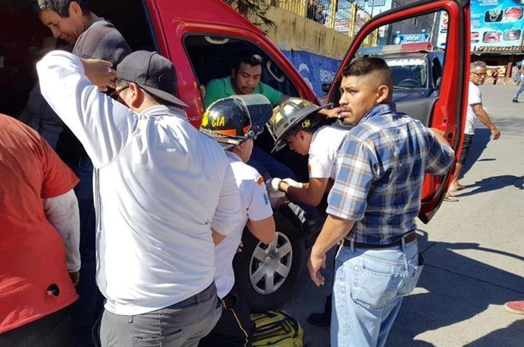 Quince pasajeros resultaron con heridas por el impacto del percance.