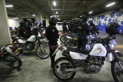 Agentes de la PNC copan el parque del centro comercial para identificar los vehículos sospechosos. (Foto Prensa Libre: Álvaro Interiano)