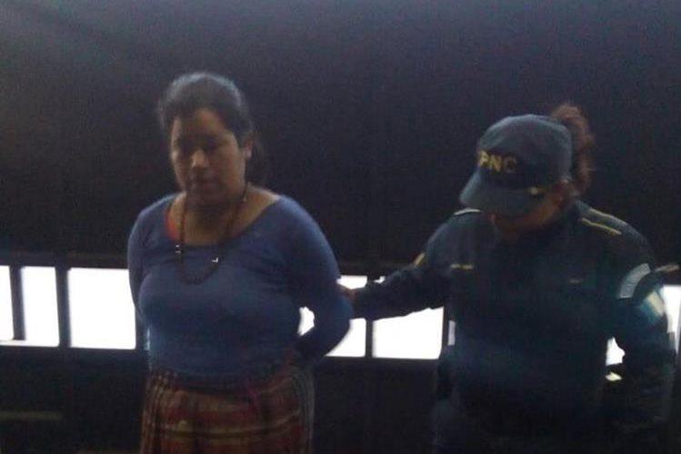 La presunta delincuente fue capturada en Cantel, Quetzaltenango. (Foto Prensa Libre: PNC).