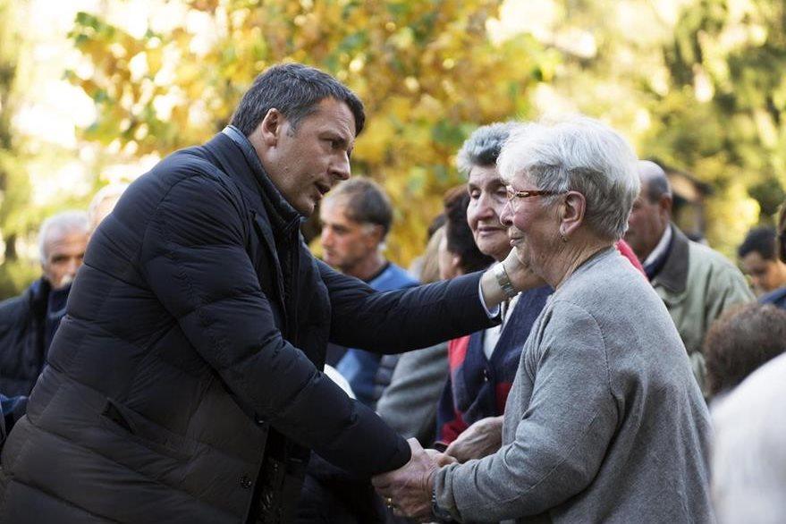 El primer ministro italiano, Matteo Renzi, visita Preci en Perugia, afectado por sismo. (Foto Prensa Libre: EFE)