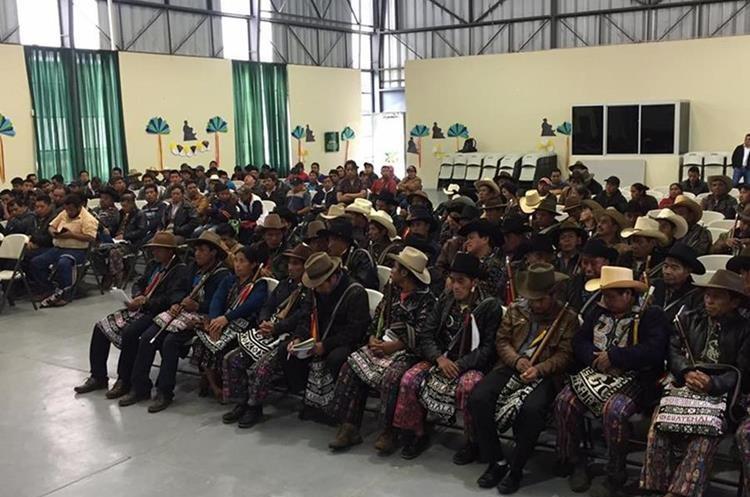 La propuesta del Ejecutivo sobre consultas comunitarias fue tratada en asamblea de autoridades indígenas de Sololá. (Foto Prensa Libre: Ángel Julajuj)