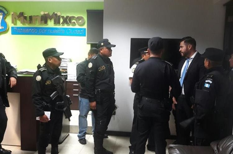 Agentes de la PNC en la oficina del alcalde Neto Bran. Foto Prensa Libre: Municipalidad de Mixco.