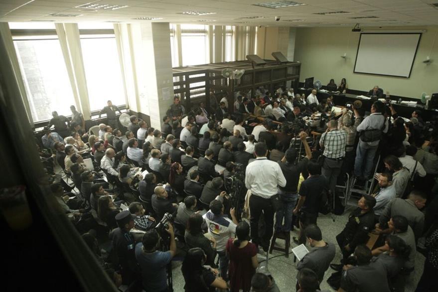 La sala de audiencias del Juzgado de Mayor Riesgo B lució abarrotada esta mañana. (Foto Prensa Libre: Edwin Bercián)