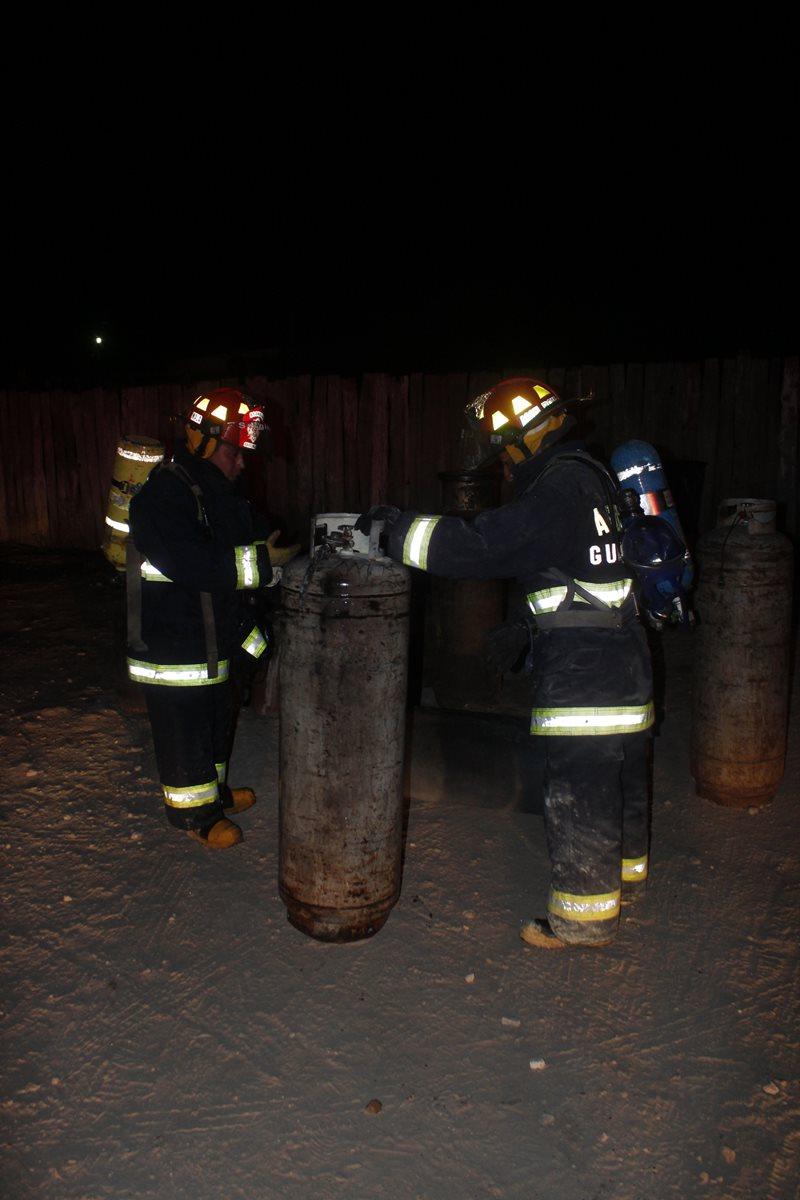 Varios cilindros de gas propano fueron extraídos del inmueble incendiado en Patzicía, Chimaltenango. (Foto Prensa Libre: Víctor Chamalé)