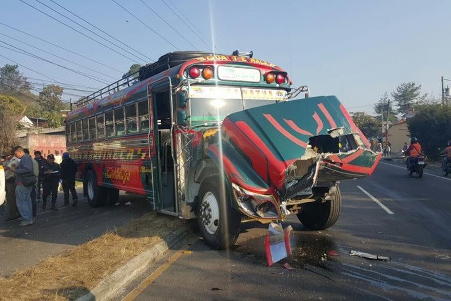 Autobús de los transportes San Martineca choca en la ruta Interamericana. (Foto Prensa Libre: Bomberos Municipales Departamentales)
