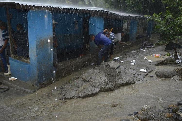 Pobladores tratan de proteger sus viviendas de las inundaciones. (Foto Prensa Libre: Mario Morales).