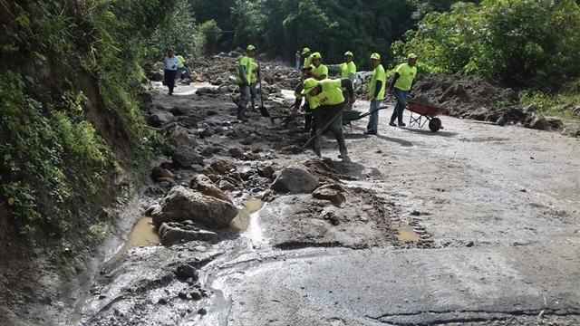 Trabajadores de la Municipalidad de San Andrés Semetabaj retiran rocas y lodo de la ruta. (Foto Prensa Libre: Ángel Julajuj)