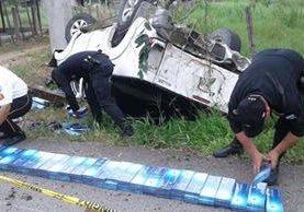 Picop volcado en Poptún trasladaba cigarrillos robados. (Foto Prensa Libre: Walfredo Obando)