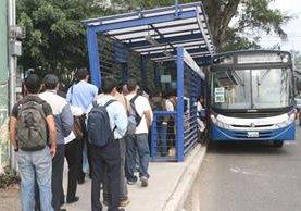 Rutas del Transurbano y autobuses rojos comienzan con cobros altos en la tarifa del pasaje. (Foto Prensa Libre: Hemeroteca PL)